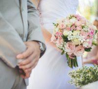 couple de mariés avec un bouquet élégant