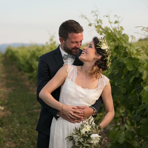 Mariage de Muriel et Matthieu au Château de Paraza.Séance photo dans les vignes. Photo de Aurélia Salas