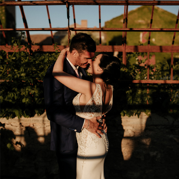 couple de mariés au chateau de paraza destination wedding in a winery in France