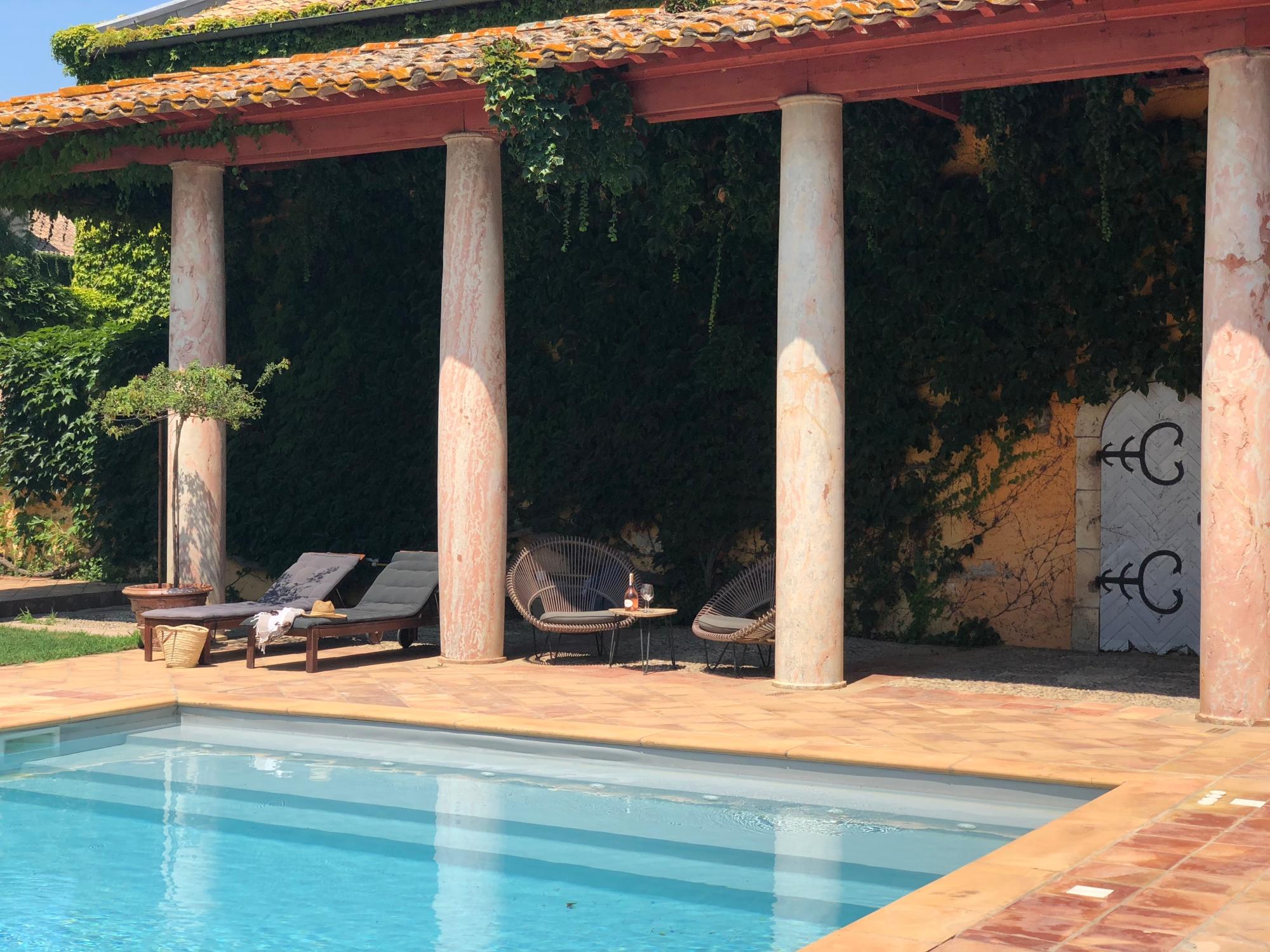 Chateau-de-Paraza-détente-au-bord-de-la-piscine-du-chateau
